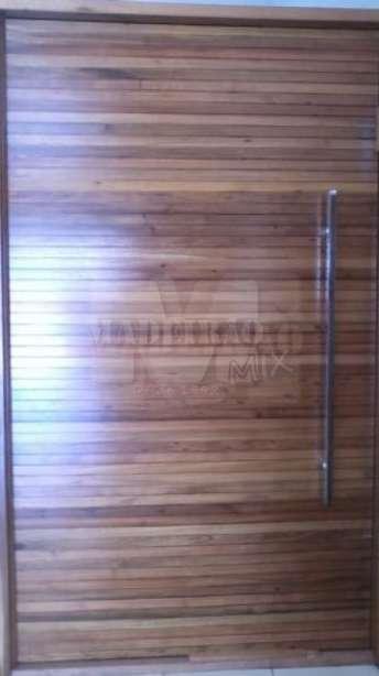 Foto: Portas de entrada em madeira maciça