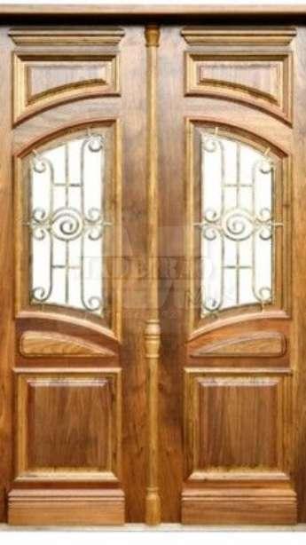 Foto Portas de entrada em madeira maciça